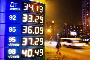 Нефть дешевеет, а бензин дорожает? Антимонопольная служба объяснила ситуацию