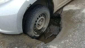 ДТП из-за ямы на дороге: порядок действий для возмещения ущерба