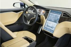 Электрокар Tesla Model S не справился с управлением и попал в аварию
