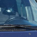 С кого спросить за случайно разбитое на дороге лобовое стекло